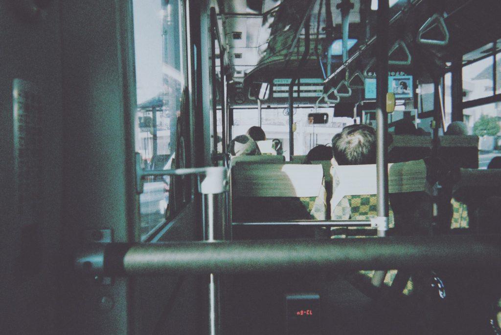 バスで移動〜